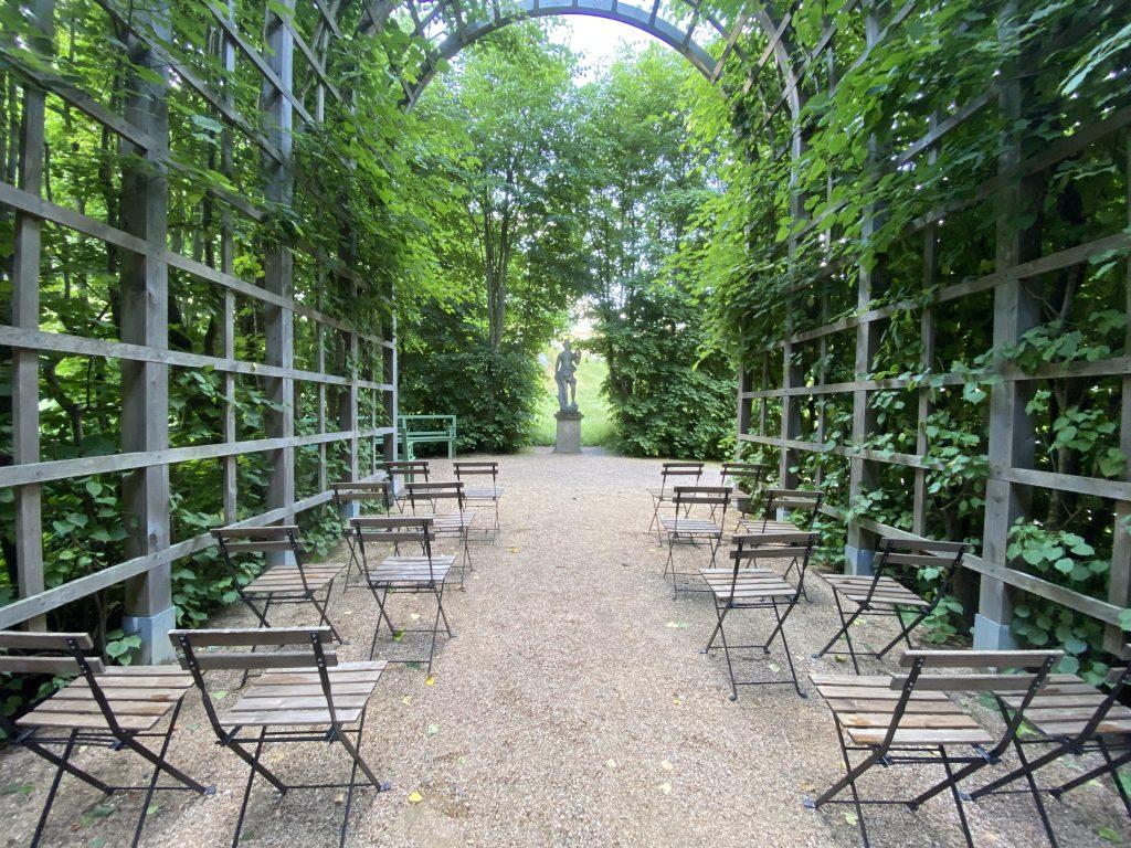 stolar uppställda på rad förberedda för bröllop i slottsträdgården